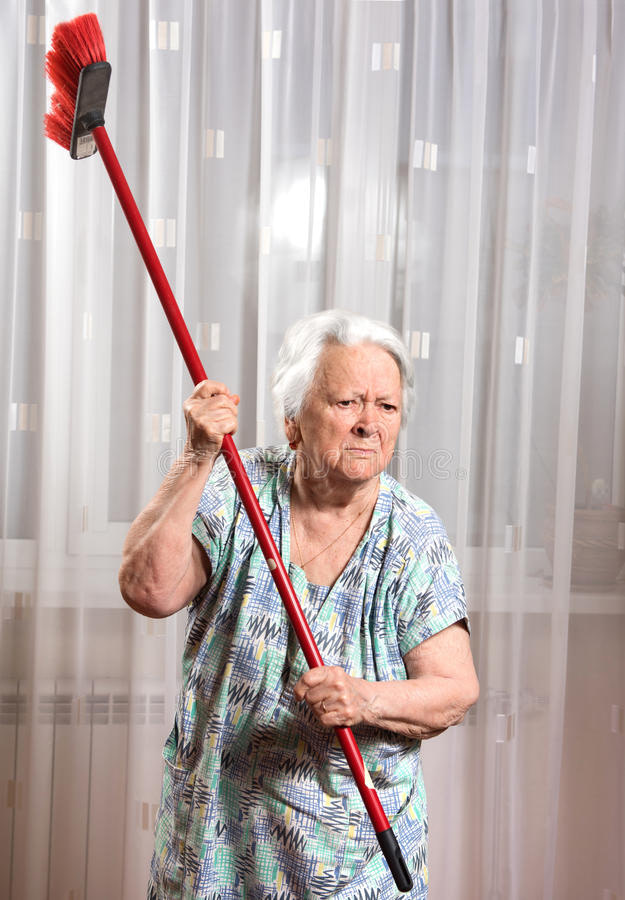 In questa immagine è rappresentata una signora anziana che minaccia di colpire con una scopa il povero agente immobiliare che continua a suonare al campanello della sua abitazione per cercare di capire chi è che vende casa nel palazzo.